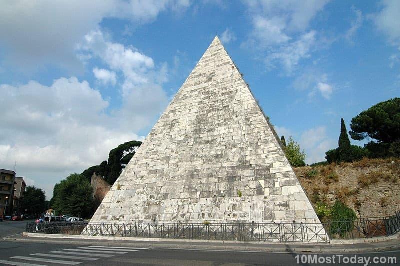 Pyramid_of_cestius_Italy